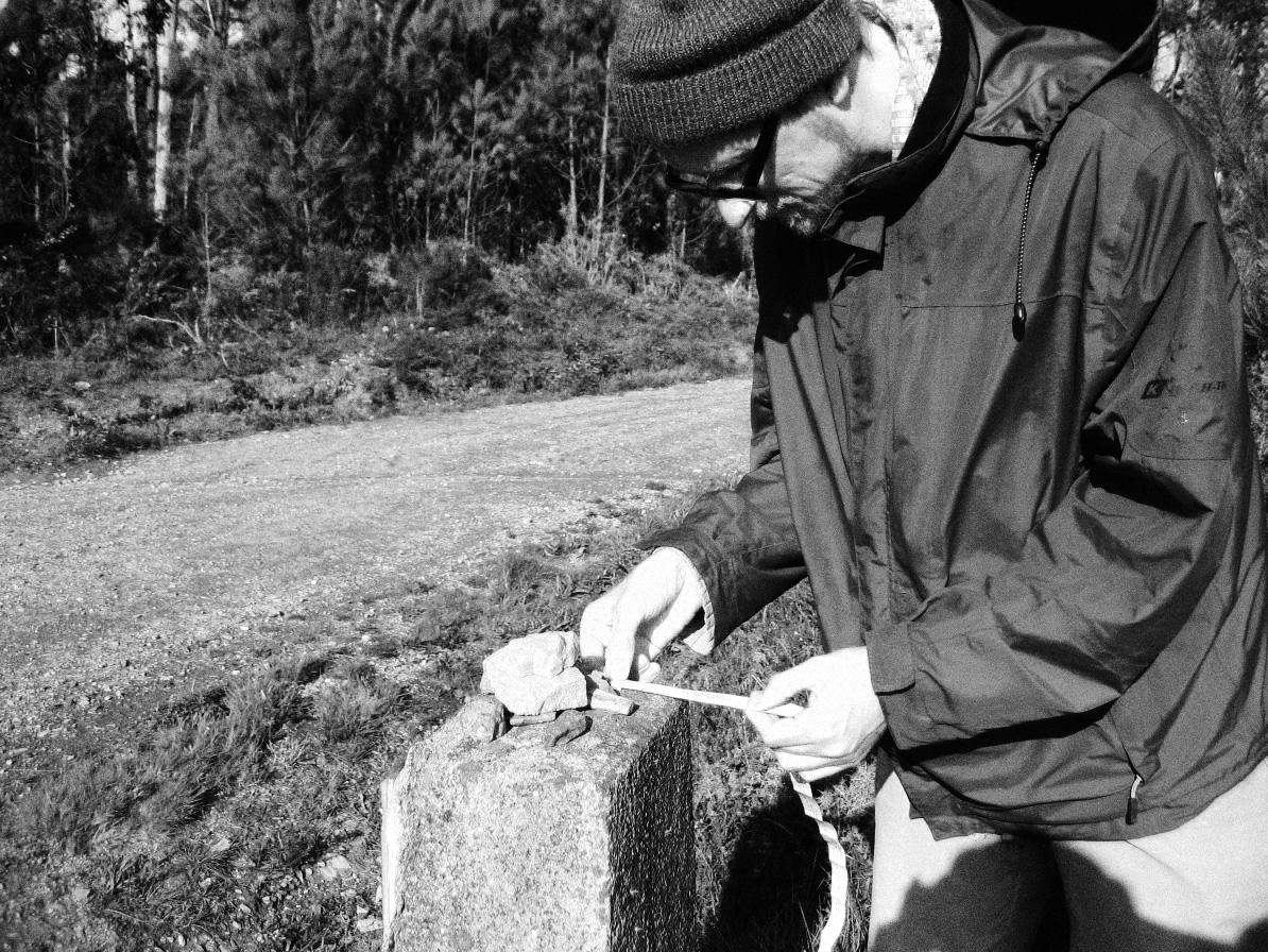 Sebastian-Gräfe-beim-Vermessen-von-Steinmännchen-auf-dem-Jacobsweg-in-Galicien-Forscherfoto-1194x896_sw